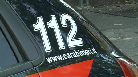 Auto in fuga dai carabinieri finisce contro il lavatoio di Lambrugo, il conducente scappa