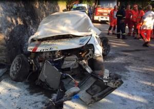 L'auto dell'equipaggio Campana-Munz distrutta dall'impatto e dalle fiamme