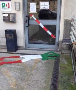 La sagoma di cartone stesa davanti alla sede del Pd di Como
