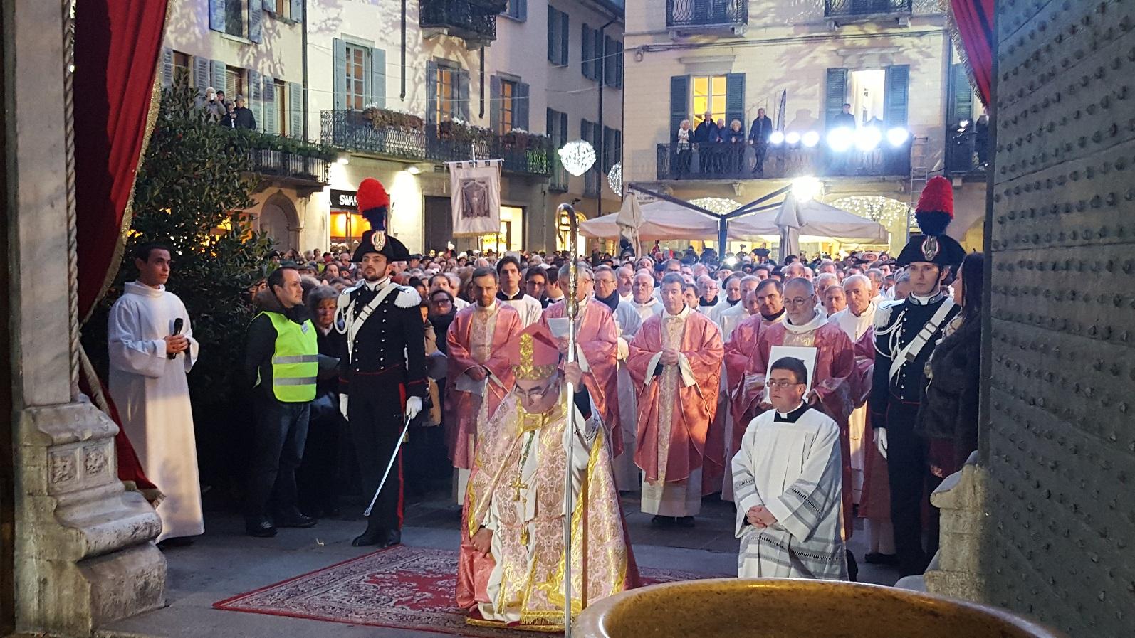 563fa5db5c Sono iniziate a Como, ieri, le celebrazioni dell'anno giubilare: il vescovo  della diocesi lariana alle 17 ha aperto la porta della Misericordia del  Duomo.