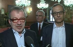 A sinistra Roberto Maroni, a destra Mario Lucini