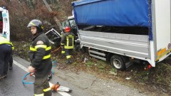 Via Oltrecolle, scontro tra due camion. Un autista non si ferma