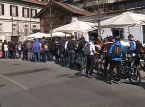 Turisti in coda, sabato, per salire sulla Funicolare Como-Brunate