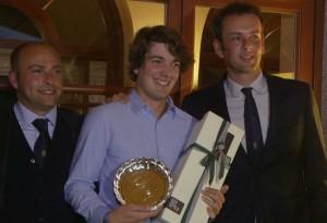 Al centro, il vincitore del primo premio lordo Edoardo Marelli. A sinistra il pro Francesco Milan, a destra il fondatore della Green Golf Academy Alessandro Frigerio