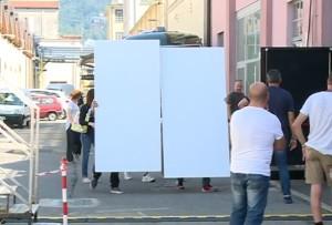 De Niro viene scortato all'interno di un locale coperto da pannelli per evitare video e foto