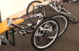 La mountain bike bianca del ragazzino: smontata, ma completamente intatta