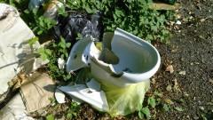 Via Somigliana, rifiuti abbandonati di fianco alla piattaforma ecologica