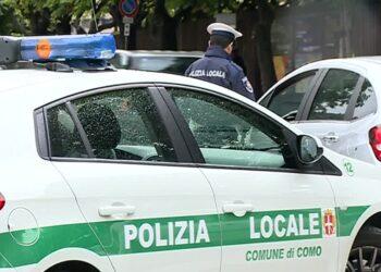 Una pattuglia della polizia locale di Como