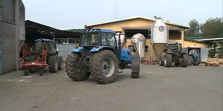 un trattore davanti alla fattoria