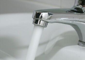 Acqua che scorre da un rubinetto