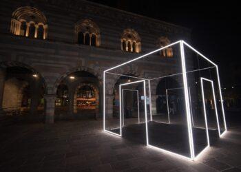 Como Broletto piazza Grimoldi installazione di 8208 Light Design Festival