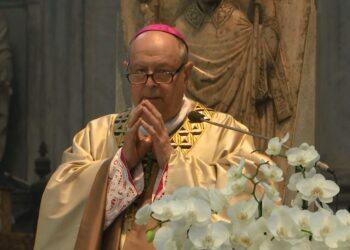 Il vescovo di Como Oscar Cantoni