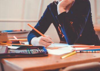 Una ragazza su un banco di scuola