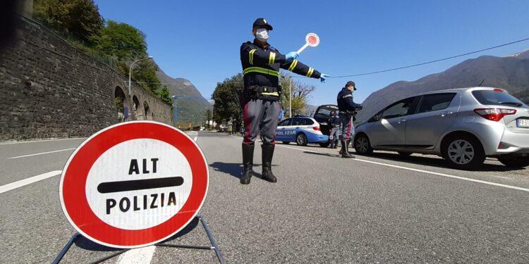 Un agente di polizia controlla le auto sul lago di Como durante il lockdown