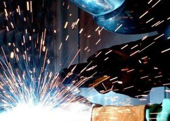 Un operaio dell'industria meccanica