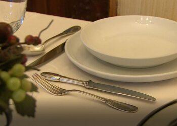tavola apparecchiata di un ristorante