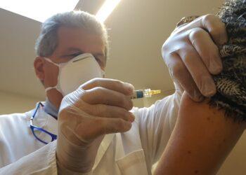 Gianluigi Spata effettua una vaccinazioni