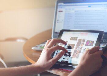 Un ragazzo davanti ad un tablet e un pc