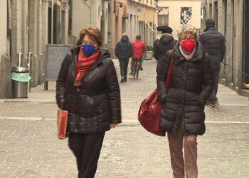 Signore passeggiano in centro a Como