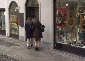 Donne passeggiano per negozi