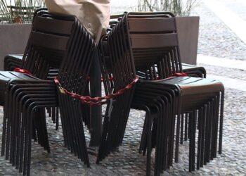 Sedie di bar e ristoranti ammassate dopo la chiusura delle attività