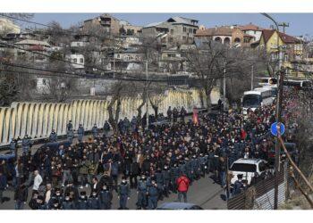 Ex premier Manukyan invita il popolo ad unirsi alle proteste
