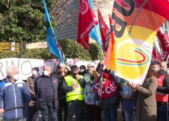 Sciopero dei lavoratori davanti al sito della Henkel di Lomazzo