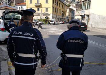 Due agenti della polizia locale di Como si occupano dei rilievi sul luogo dell'investimento di un pedone in via Manzoni a Como