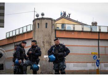 Spinta a terra con violenza nel Milanese