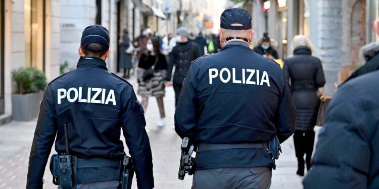 Agenti di polizia in centro a Como