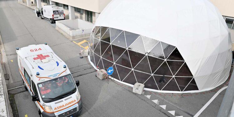 Ospedale Sant'Anna di Como (San Fermo). Allestimento nuovo tendone per i parenti dei pazienti del pronto soccorso