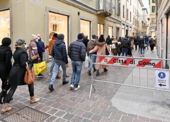 Una strada con senso unico pedonale in centro a Como