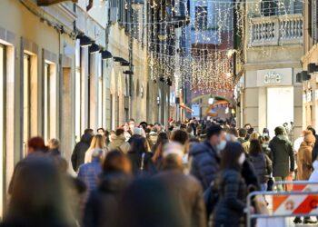 Ultimo weekend prima di Natale, tante persone in centro a Como