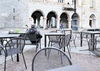 Dei tavolini dei bar vuoti in piazza a Como