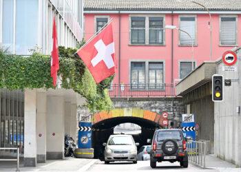 Un edificio con la bandiera svizzera