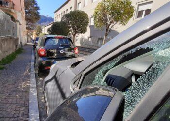 Un'auto danneggiata a Como