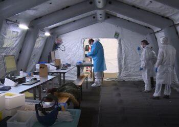 Operatori sanitari in una tensostruttura per effettuare i tamponi