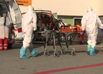 Coronavirus, l'arrivo di un'ambulanza all'ospedale Sant'Anna di Como