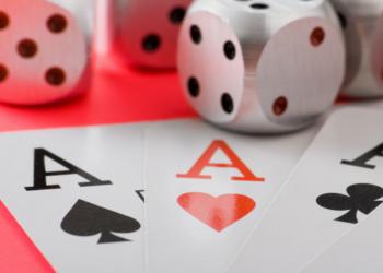 Un tavolo da gioco con dadi e carte da poker