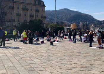 Genitori protestano in piazza Cavour a Como