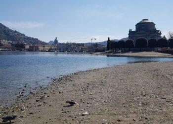 Il lago di Como ritirato davanti al tempio Voltiano