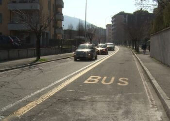 La corsia bus in via Aldo Moro