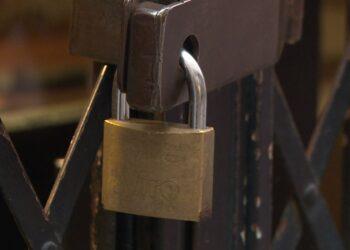 Lockdown. Un lucchetto chiude la serranda di un negozio