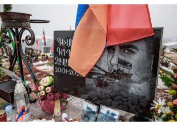Erevan denuncia anche l'esposizione di elmetti di soldati uccisi