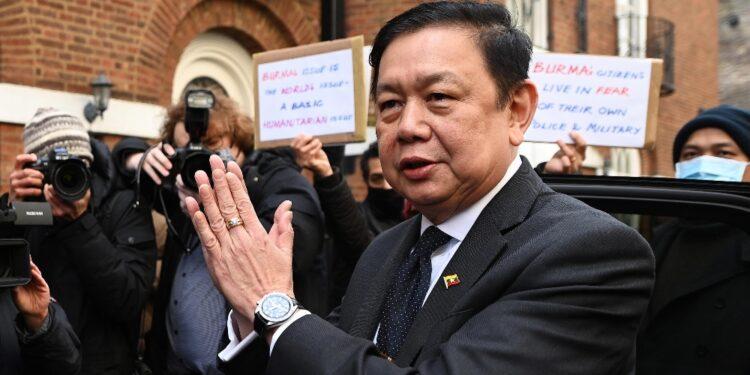 Ricevuto al Foreign Office il diplomatico oppostosi al golpe