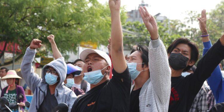 Durante una protesta a Mandalay. Testimone: almeno 2 feriti
