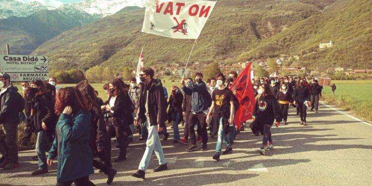 Manifestanti sfilano dal centro abitato di San Didero