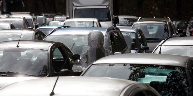 Gente torna a spostarsi in auto forse per timore carenza di bus