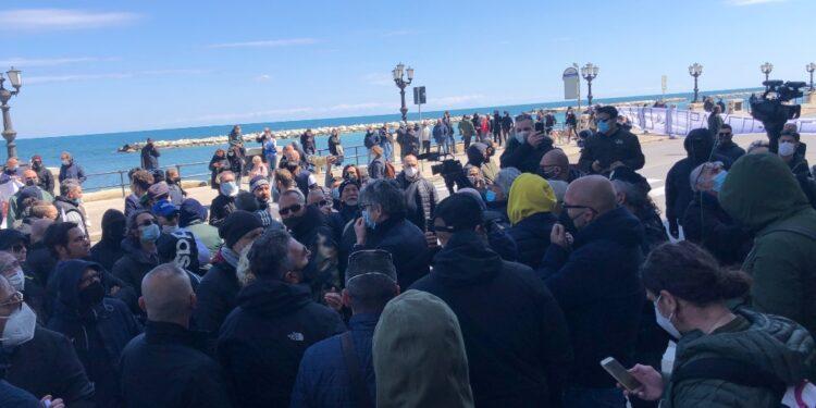 Un centinaio di manifestanti davanti sede Regione sul lungomare