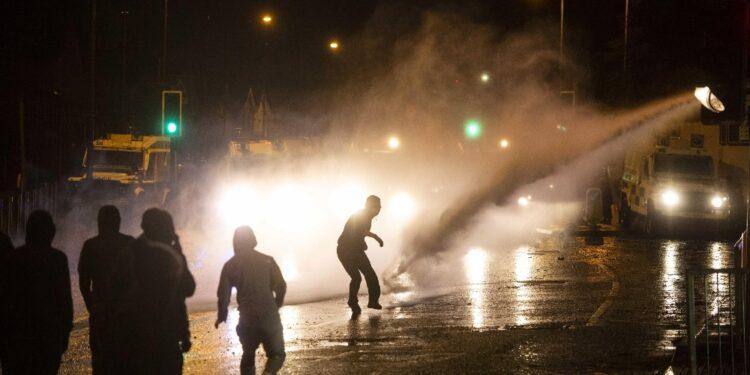 In sette notti di disordini settari. Ieri usati cannoni ad acqua